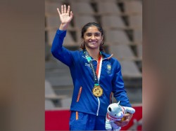 Indian Women Wrestling Star Vinesh Phogat Engaged At Airport